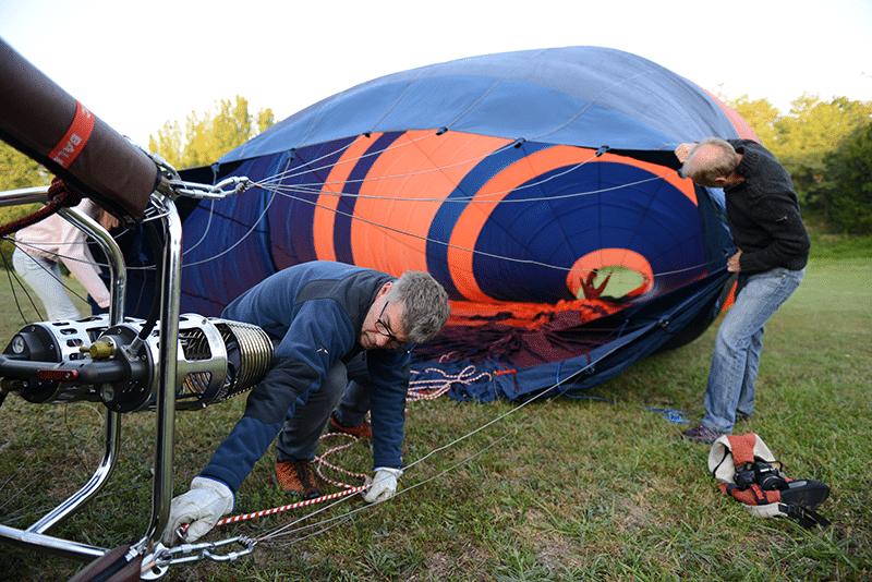 préparatifs de gonflage de la montgolfière