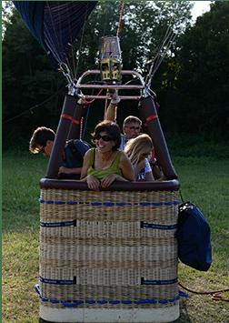 des passagers en montgolfière heureux