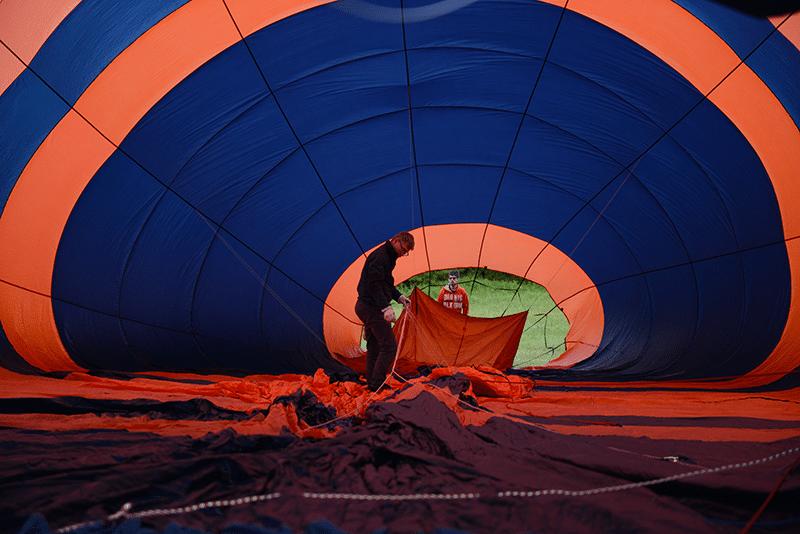 le pilote avant le décollage de la montgolfière