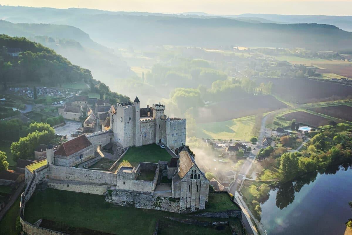 survol en montgolfière du chateau de beynac au petit matin